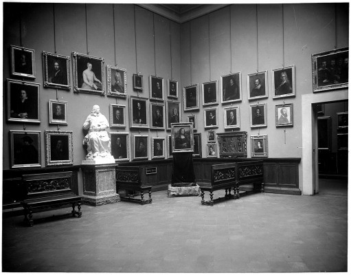 December 1913, brief exhibit of the Monnalisa in Florence after it was stolen from the Louvre in Paris